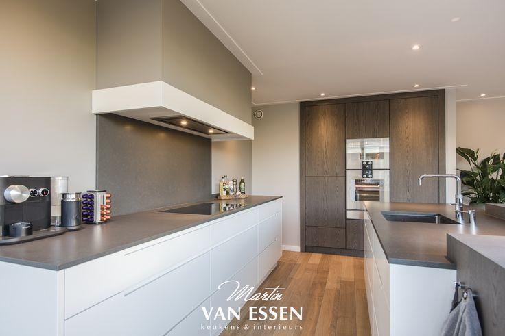 Een prachtige, strakke keuken, volledig greeploos. De keuken is een echte eyecatcher. Kijk voor meer foto's op onze website.