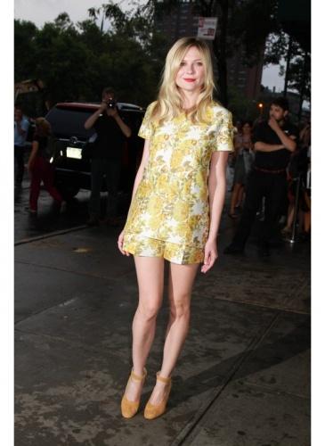 Kirsten Dunst    Look de star Glamour    La combinaison jaune fleurie de Kirsten Dunst.