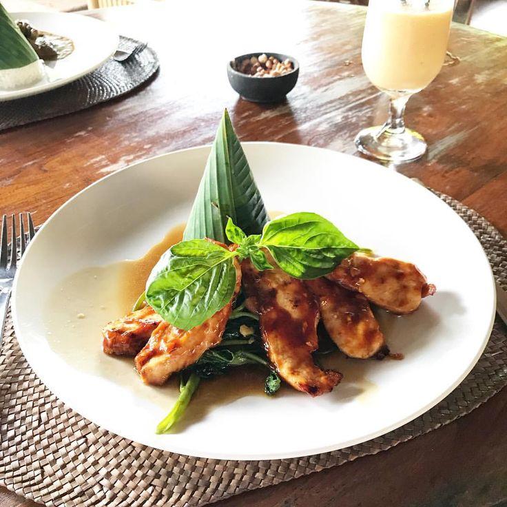 Balinese food! . . . . . . #bali #indonesia #travel #viagem #viajar #vacation #comida #lifestyle #instagrammer #instatraveling #mystyle #food #asiatravel #globetrotter #asiatrip #ubud #worldnomads #chicken #rise #instagood #instatravel #gastronomia #dobrasilparaomundo #chickenginger #bananaleaf #gastronomie #balinesefood