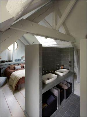 Pensée premièrement comme une mini-pièce faisant partie intégrante de la chambre, la salle de bains imaginée par Sylvie Noble adopte la forme d'un cube.