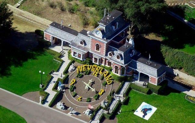 Casa de Michael Jackson. Diseñada por el mesmo.Ten varias casas pero esta e unhas das que destaca.Con 1000 metros cadrados e un prezo de 4 millons.Las hai mais caras.
