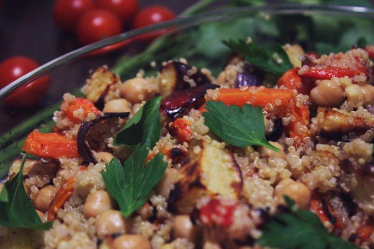 Lun salat av quinoa, bakte grønnsaker og søtpotet