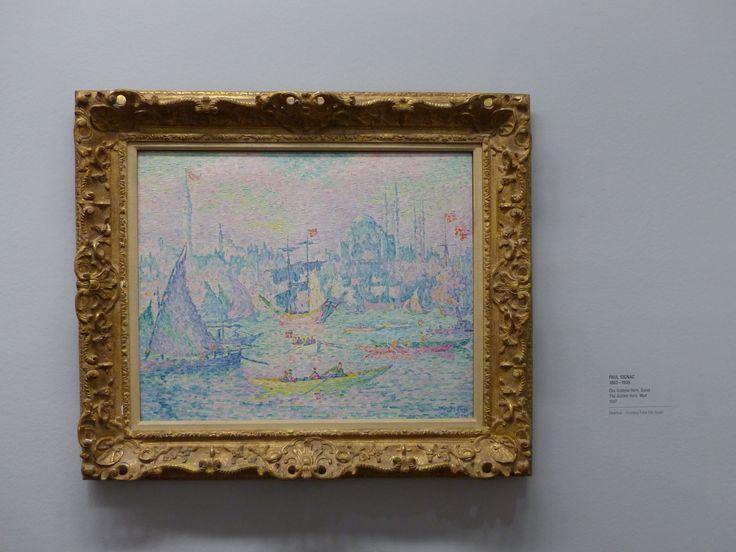 Paul Signac  Eleinte impresszionista képeket fest, majd kidolgozta a  pointillizmus elméletét. A szín, a forma, harmonikus kontrasztjának elvén alapul a fesményei. Ritkábban fest alakos kompozíciókat, inkább városképeket és kikötői jelenetek pillanatát alkotja meg. A pöttyök szabályos szerkezetének a következménye, hogy lemerevedik. A dekoratív folttá összeálló színmezők zártak,tömbszerűek. A pointillisták apró színfoltjai zárt, rácsszerű felületeket adnak, ezzel mozgást nem lehet…