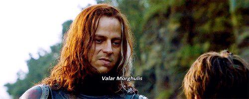 """Game of Thrones: Jaqen H'ghar apprend à la petite Arya Stark """"Valar morghulis""""  deux mots magiques appartenant au langage Haut Valyrien pouvant se traduire par """"Tout homme doit tôt ou tard mourir"""". Mots à dire à un Braavosi avec la pièce si elle veut qu'un homme meure ..."""