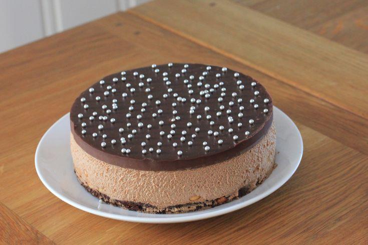 Lekker sjokoladekake med browniebunn, sjokolademousse, ganache og peanøtter.