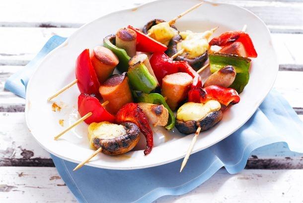 Makkaravartaat  ✦  Kesällä grillaaminen on mukava tapa valmistaa ruokaa. Pujottele vartaisiin lempimakkarasi ja kasviksia sekä herkkusieniä ja nauti kylmän juoman kanssa. http://www.valio.fi/reseptit/makkaravartaat/