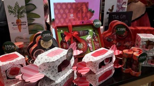 Stroberi dan sakura menghasilkan wewangian yang harum menyegarkan di Hari Valentine.