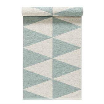 Met haar mintgroene harlekijnpatroon zorgt het kunststof vloerkleed Rime van Nordic Nest voor een ware kleurenexplosie op uw vloer! Het ontwerp is geïnspireerd door het patroon van rijp, met prachtige ijskristallen en -formaties. Aangezien het kwalitatief hoogwaardige kleed zowel duurzaam als eenvoudig schoon te maken is, is het perfect geschikt voor de (bij)keuken, de hal of andere oppervlaktes die regelmatig aan vuil worden blootgesteld. Tevens geschikt voor buiten! Indien nodig kan het…