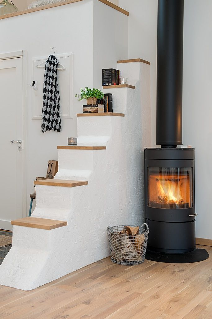 Мансардные окна, печь-камин и оранжевый стул / Дизайн интерьера / TheDecoPost