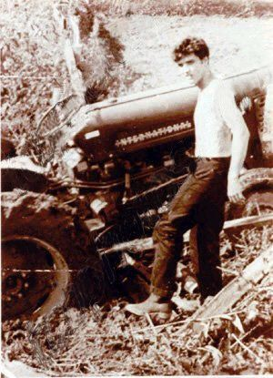 *RARE PHOTO of ELVIS .. Elvis gets his tractor stuck in the mud at Graceland in June 1957; Colonel Parker stops at the gates to greet the kids.