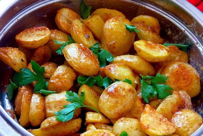 Už Vás nebaví klasická rýže nebo tradiční bramborové kaše jako příloha k hlavnímu jídlu? Připravte si chutné pečené brambory s franúzskou omáčkou.