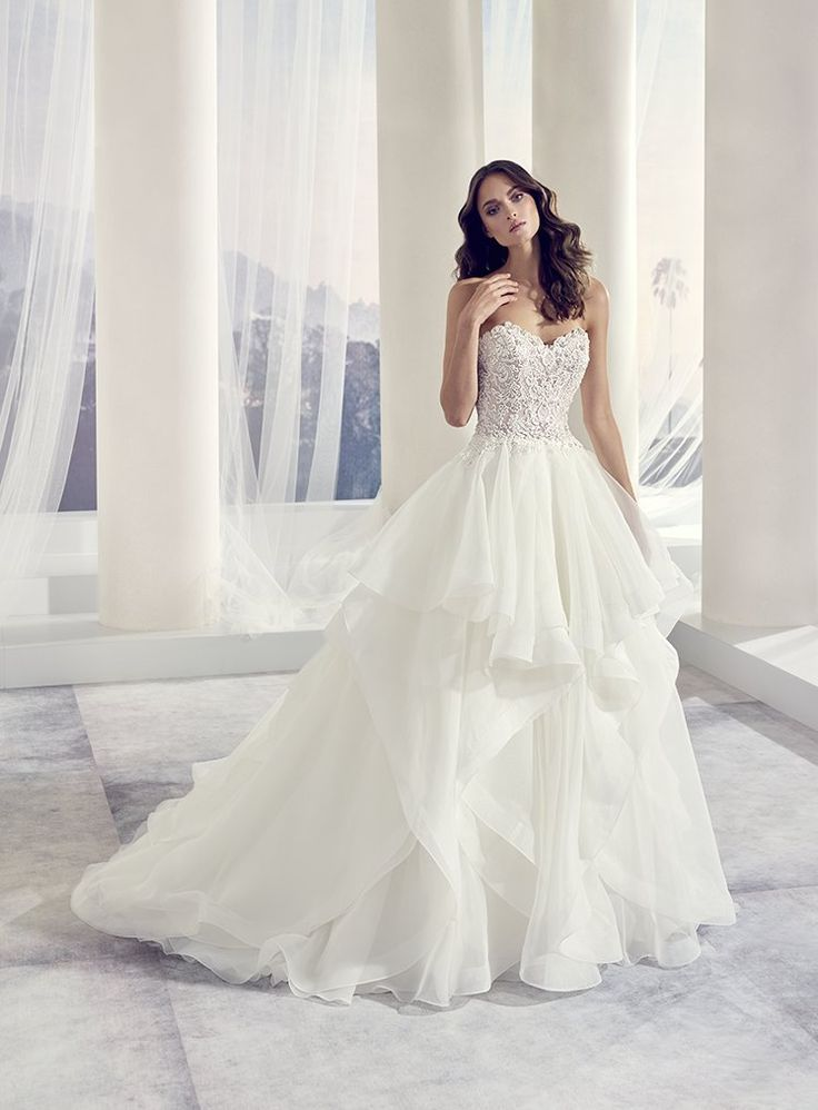 Csodálatos hercegnős Modeca esküvői ruha aminek a szoknyája vizhullámokban pompázok.Love Szalonunkban igazi különlegesség ez a fodros menyasszonyi ruha.