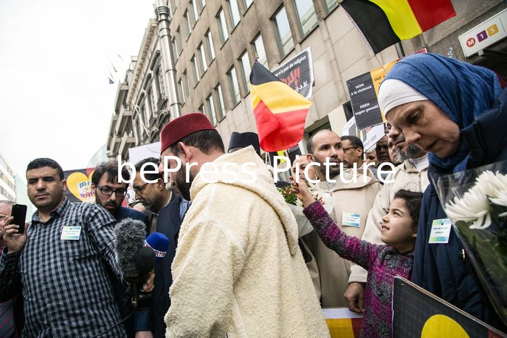 20160409 - BRUSSELS, BELGIUM: Photo d'illustration montre cueillette lors d'un hommage aux victimes des attentats terroristes Bruxelles par des organisations musulmanes, le samedi 9 avril 2016, à Maelbeek / Maalbeek, Bruxelles. Le mardi 22 mars, deux bombes ont explosé à l'aéroport de départ hôtel de Bruxelles et une autre dans le Maelbeek - station de métro Maalbeek, faisant 31 morts et 250 blessés. ISIL (État islamique d'Irak et du Levant - Daesh) a revendiqué les attentats. Photo Philippe…