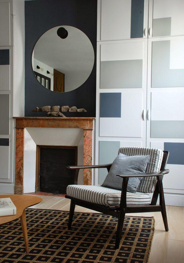 les aplats de gris ont une double fonction: faire oublier les placards et rythmer le mur