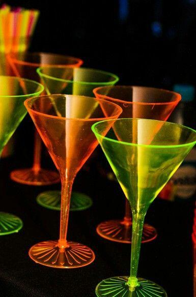 Festa néon / copos que brilham no escuro ' Fazendo a festa '
