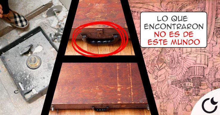 La caja parece hecha a mano, equipada con bisagras una manija y dos cerrojos.
