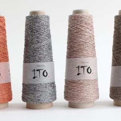 ito kinu 10,50 Ito kinu is 100% organische zijde en is dus geschikt voor zowel winter als zomer projecten. Je kan ermee breien, haken of weven. Met 1 draad of 2 draden. 50gr, 425mnaalden 2 - 3mm Roopoortere
