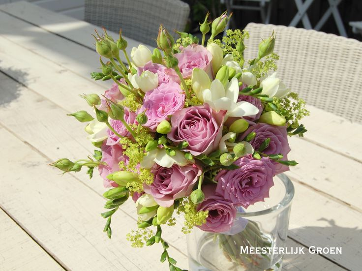 Romantisch en zomers bruidsboeket met lila rozen, witte freesia en vrouwenmantel. www.meesterlijkgroen.nl