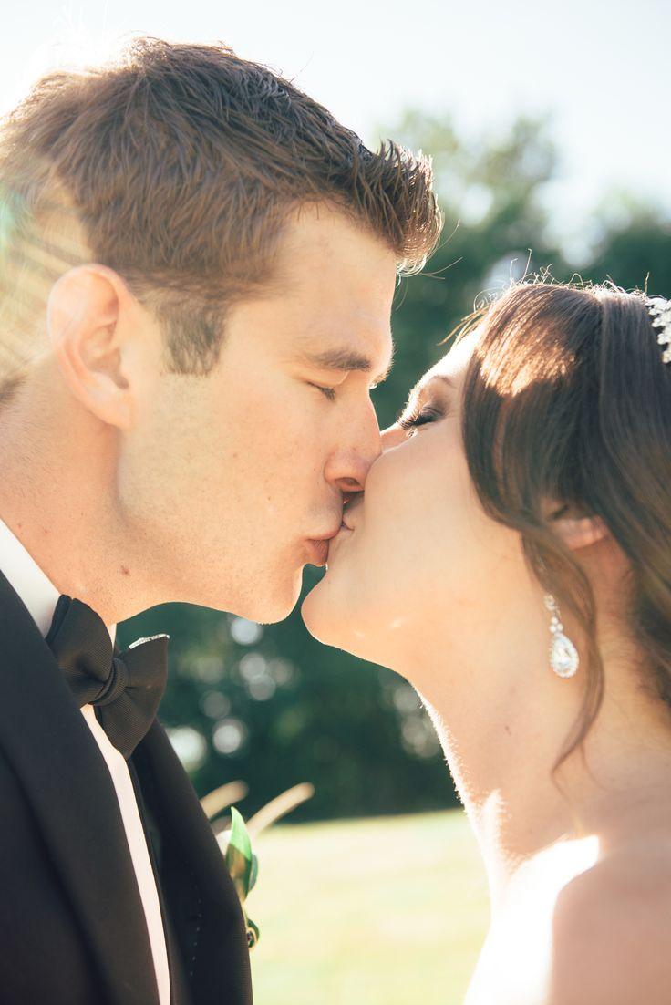 Bridal Kiss, wedding photography brida and groom, bridal portrait