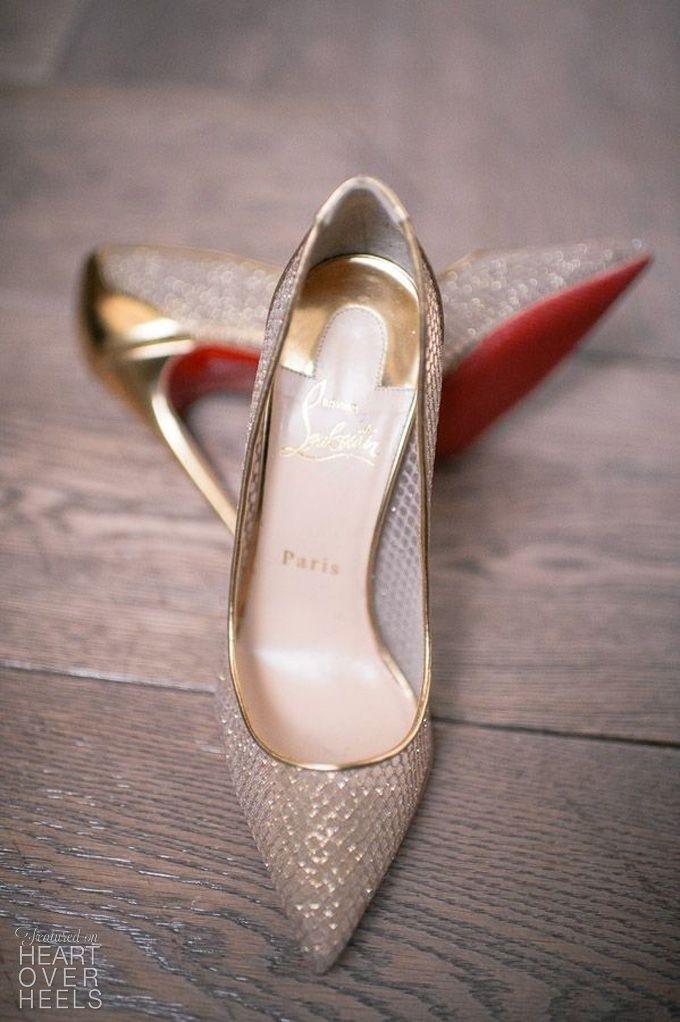Myśl o butach ślubnych może często powodować atak paniki, zwłaszcza jeśli myślisz o ich wyeksponowaniu wybierając krótszą sukienkę. Po pierwsze, muszą leżeć idealnie, po drugie iść w parze ze stylem i dobrze wyglądać, ponadto, co najważniejsze, powinny zapewnić Tobie wygodę i komfort podczas ceremonii zaślubin i zabawy weselnej!