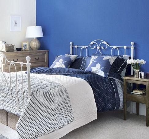 Los colores fríos mantienen el dormitorio tranquilo y sereno, qué tal este azul como pared de acento #ColoresQueCambianTuVida
