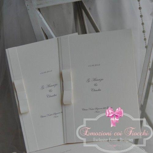 Cover del messale in cartoncino telato avorio personalizzato con nomi degli sposi, data delle #nozze e indirizzo della cerimonia, impreziosito con fiocco di carta http://www.emozionicoifiocchi.com/collezioni/59-messale-me-002.html #shoppingonline