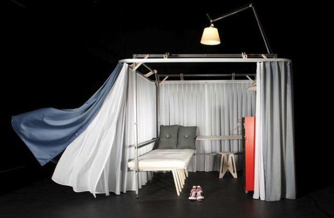Дизайнеры Роберто Де Лука и Антонио Скарпони придумали красный чемодан на колесах, который превращается в 4 квадратных метра «личного пространства» и включает в себя кровать, стол, стул, шкаф, лампу и ширму!