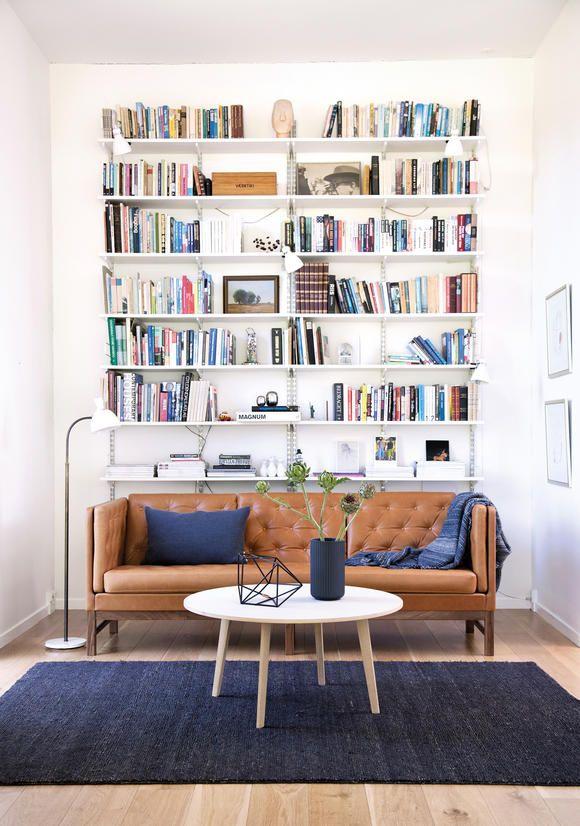 Hohes Bücherregal In Elegantem Wohnzimmer