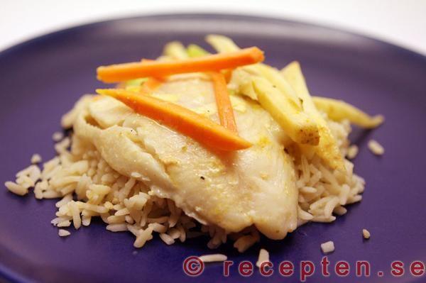 Fisk i kokosmjölk, lime och currysås - Recept