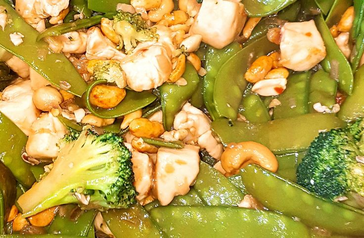 Kung pao Chicken is eenspicy Chinees roerbakgerecht waarvan de basisingrediënten kip, chili pepers, groente en pinda'szijn. Traditioneel wordt het gegeten met rijst of noedels. En houd je niet zo van heel pittig, doe het dan vooral rustig aan met de chilipoeder en de chilivlokken of pepers. Houd je niet te strak aan het recept maar …