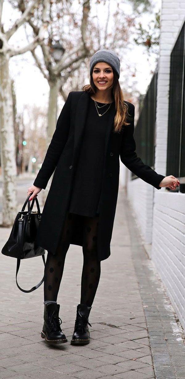 Meia calça texturizada quebra um look  de inverno all black.