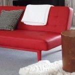 Interieuradvies Ton Rensen, Gendt: klein rood bankje een tegenstelling tot de grote forse bank. Wil je ook advies over jouw interieur, ga dan naar mixinstijl.nl