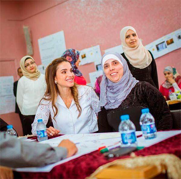 La reina Rania de Jordania visita escuelas y habla con maestros
