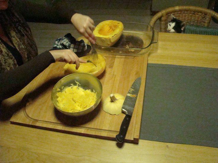 De Spaghetti pompoen uithollen met de hulp van jou geliefde huisdier.