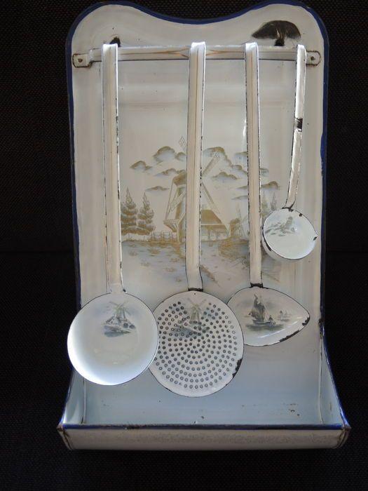 Antieke met Nederlandse foto's glazuur lepel rek met 4 lepels 1910/20 s met windmolens en zeilboten Goede staat met ouderdoms slijtage zie foto's. Afmetingen 19 x 12 inch.  Verzending met tracking en insurens.