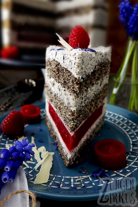 Mohntorte mit Mohnbiskuit, weißer Schokomousse mit Mohn und Himbeeren. Was für eine leckere Torte!