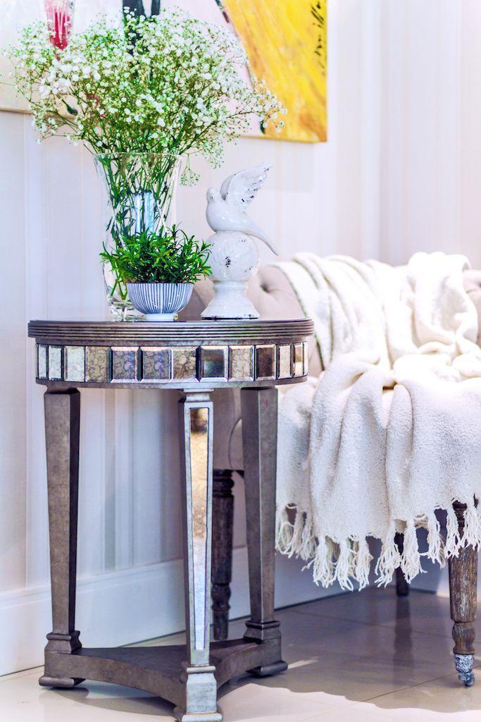 Com design inovador e sofisticado, a encantadora Mesa Lateral Com Espelho Craquelado Paris é perfeita para dar um charme em sua sala de estar. Peça revestida em espelho bisotado, acabamento craquelado com efeito de oxidado e pés com pintura silver. #MovelEspelhado #MesaLateral #LojaSoulHome