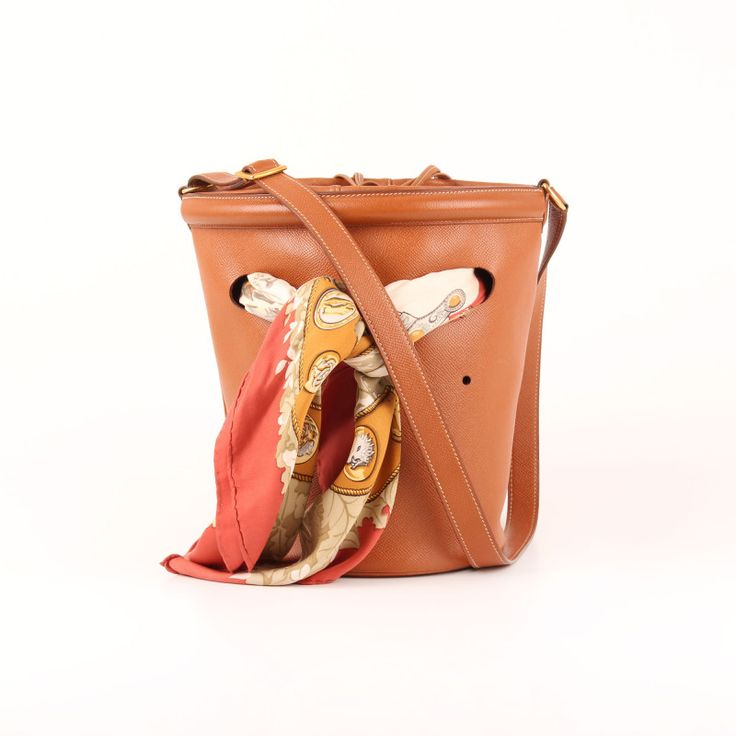 Hermès Bucket Bag in Gold Courchevel leather.