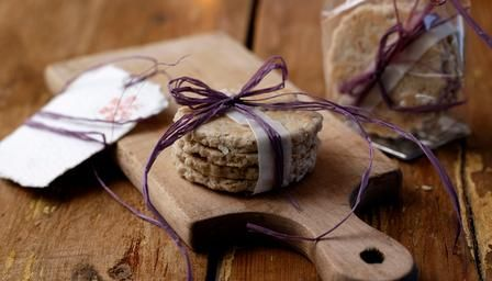 Homemade oatcakes – a perfect gift for cheese lovers.