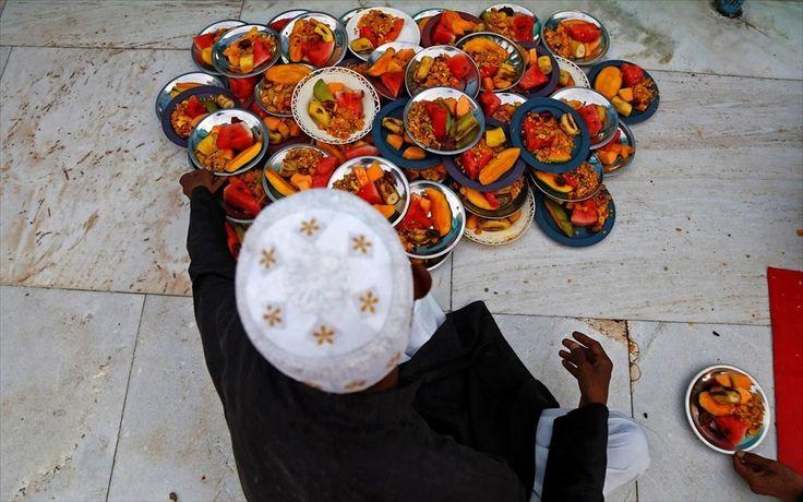 Νηστίσιμο γεύμα στην Ινδία . Ένας άνδρας τακτοποιεί πιάτα με το γεύμα Ιφτάρ έξω από ναό στο Ατζμέρ της Ινδίας. Για το 2017 οι μουσουλμάνοι γιορτάζουν το Ραμαζάνι, τη θρησκευτική εορτή νηστείας, από τις 27 Μαϊου ως τις 25 Ιουνίου. Κατά τη διάρκεια αυτής της περιόδου τρώνε δυο κύρια γεύματα, το Σουχούρ πριν την ανατολή και το Ιφτάρ μετά τη δύση του ήλιου.