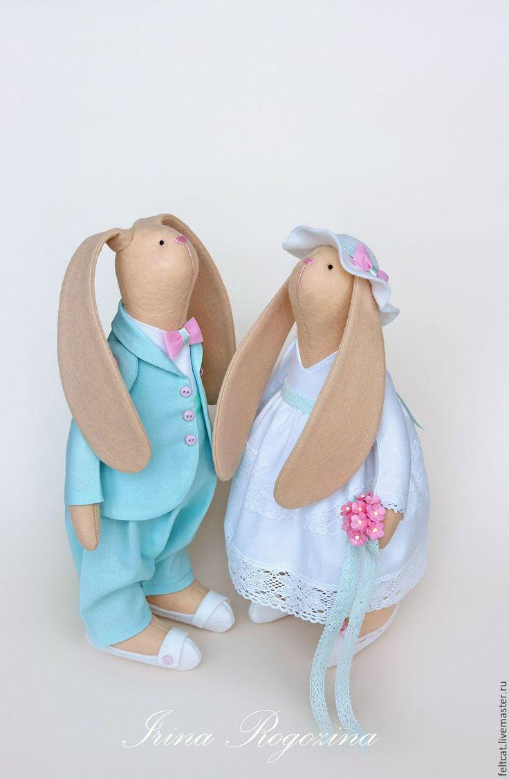 Купить или заказать Свадебные зайцы 'Мята и роза' подарок на свадьбу в интернет-магазине на Ярмарке Мастеров. Интерьерные текстильные игрушки ручной работы. Свадебные зайцы. Зайчики выполнены из фетра и хлопка. Жених заяц в костюме нежного мятного цвета, а невеста в прекрасном белом свадебном платье. Платье украшено хлопковым кружевом, поясом мятного цвета с цветком и красивым бантом сзади. Под платьем белые панталончики с бантами и туфли. В лапке букет нев…
