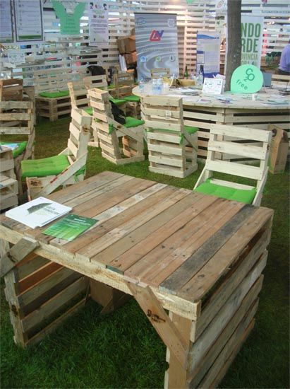 pallet desk...this reminds me of my dad! Like the floors he redid in pallet wood and the boats he hand carved.