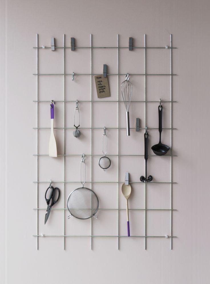 Raudoitusverkko (86-557, 86-558) taipuu myös  sisustukseen! Voit maalata verkon muuhun värimaailmaan sopivaksi ja virittää sen vaikkapa keittiöön tai eteiseen.