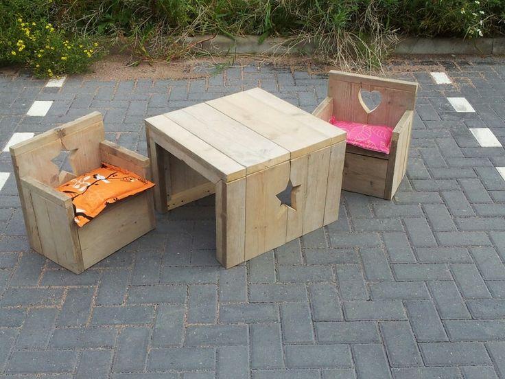Kindertafel kinderstoel van gebruikt steigerhout  Al onze meubels worden standaard geschuurd geleverd(splintervrij). Elk formaat en elke kleur leverbaar. Je kunt ook eigen ontwerpen laten maken. Bekijk ons volledig portfolio via www.facebook.com/DeJongVintageDesign. Offerte-aanvraag via DeJongVintageDesign@Gmail.com  CHECK OUT OUR FACEBOOK PAGE IN ENGLISH!!!!  www.facebook.com/DeJongVintageDesignProjects