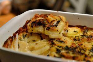 Gratin de pomme de terre cuit dans une fondue de crème fraîche, Soumaintrain et ratafia...  En plat ou en mini cocotte, le crémeux sera toujours au rendez-vous...