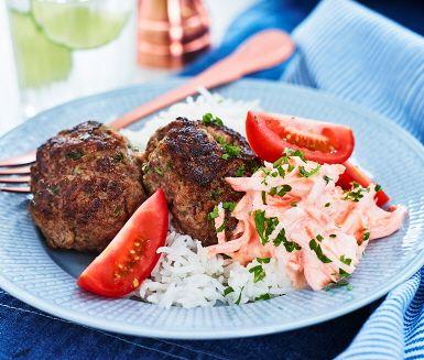 Dags att laga klassiska biffar med persilja som garanterat gör succé vid middagsbordet. Till biffarna serveras en färgglad tzatziki som i det här receptet görs på rivna morötter. En spännande och smarrig kombination som är värd att testa. Servera de saftiga biffarna med tzatziki, ris och tomater.