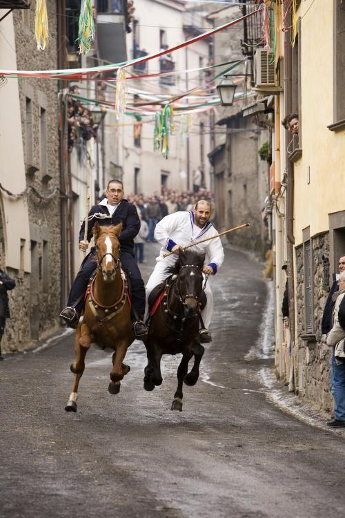 """Il Carnevale di Santu Lussurgiu è caratterizzato dalla corsa a pariglie detta """"Sa Carrela 'e nanti"""""""