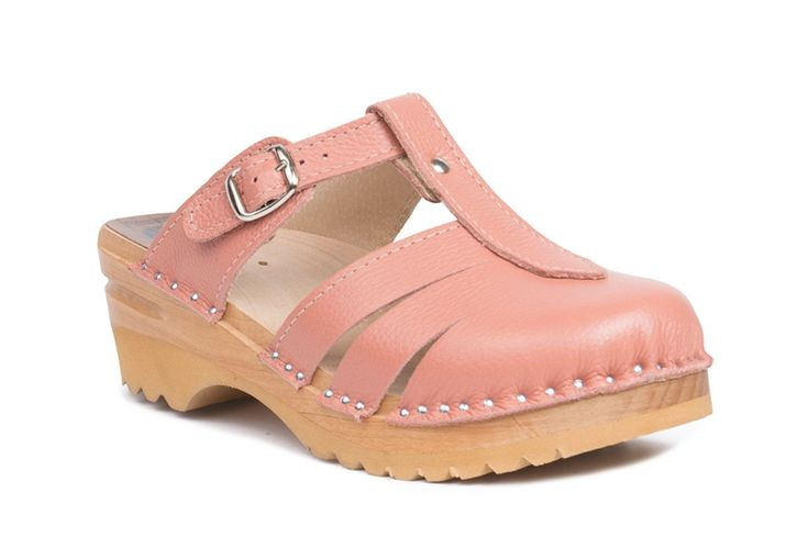 Closed toe clog sandal with an adjustable strap over the instep in soft pink leather. Check out the web for more info.
