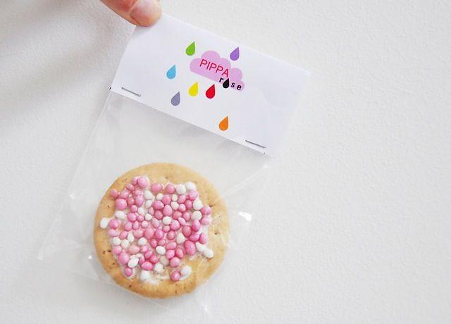 Biscuitje, witte chocolade, muisjes. Blisterkartonnetje nav geboortekaartje ontwerpen. Voor groepen op school?