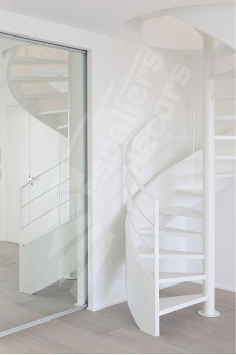 DH93 - SPIR'DÉCO® Caisson. Escalier hélicoïdal métallique design et contemporain avec marches Nanoacoustic® (Exclusivité Escaliers Décors®) pour un escalier tout métal silencieux. À la demande du client le limon en caisson a été réalisé dans une large dimension soulignant ainsi cet escalier en colimaçon tout en courbes. La rampe composées de fer plat confère à cet escalier un côté graphique et résolument contemporain. Finition : laque.